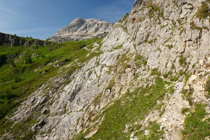 Mit Seilunterstützung durch die Felsen hinauf ins Neukar