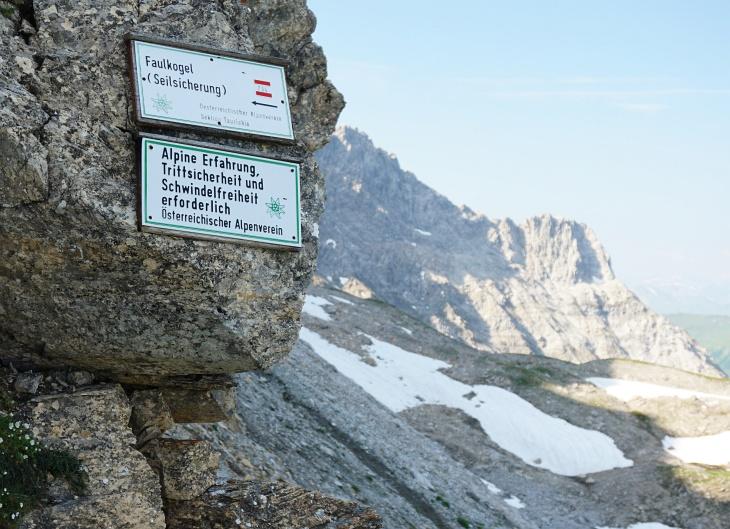 Die Warnung kommt nicht von ungefähr. Aber bei Steinschlag hilft auch alpine Erfahrung nichts.