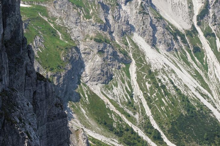Der steile Steig ins Neukar vom Graihorn aus gesehen (von rechts unten nach links oben).