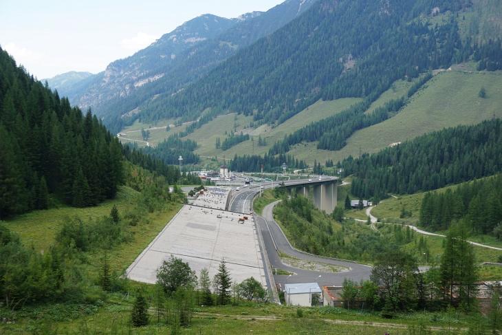 Vom Tauerntunnel-Nordportal folgt noch ein eintöniger, staubiger, lauter, 3 Kilometer langer Straßenhatscher zurück zum Ausgangsparkplatz.