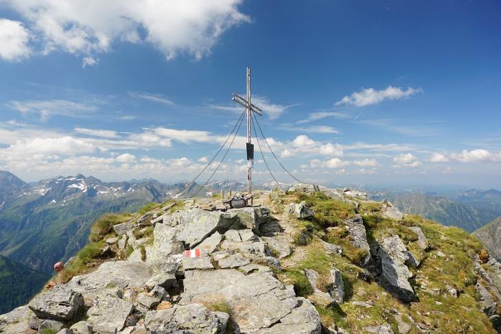 Ein Kommen und Gehen beim Gipfelkreuz am Höchstein, von Überfüllung kann aber keine Rede sein.