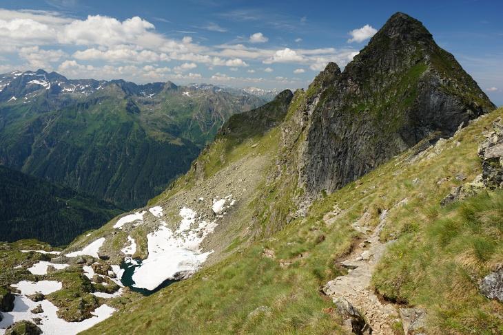 Flucht vor der Hitze in größere Höhen, wo auch im Hochsommer so mancher See noch von Eis bedeckt ist (Kaltenbachsee nördlich vom Zwiesling)