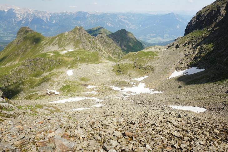 Blick aus der Zwieslingscharte Richtung Kaiblinglochscharte, links zwischen Kühofenspitze und Moaralmspitze. Rechts im Schatten die Bärfallspitze.