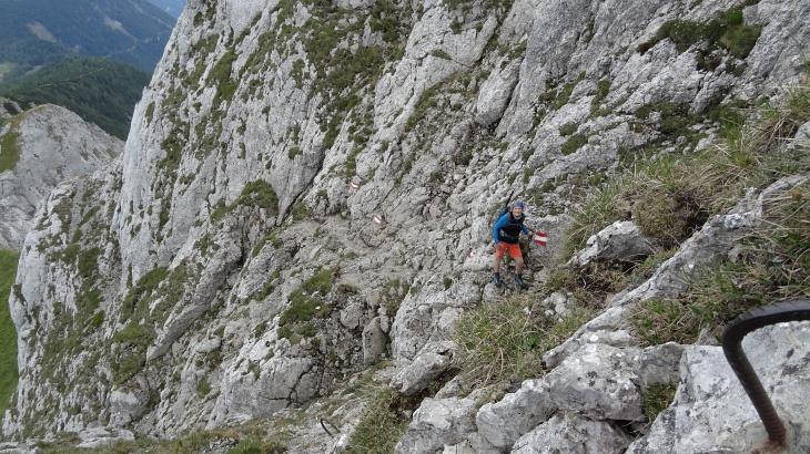 Mit Unterstützung von Eisenbügeln durch die Felswand