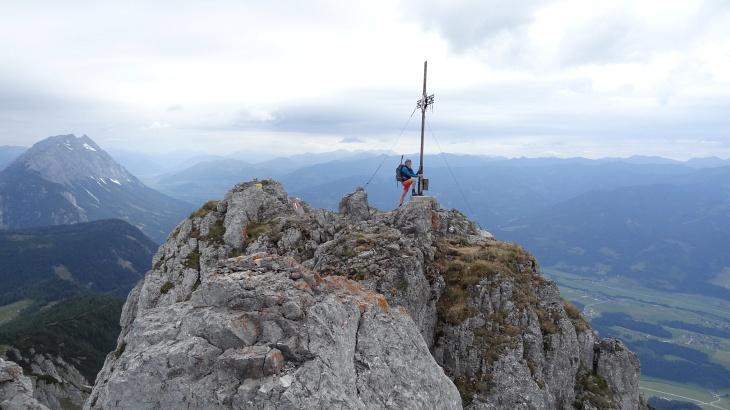 Beim Gipfelkreuz am Kammspitz. Links hinten der Grimming.