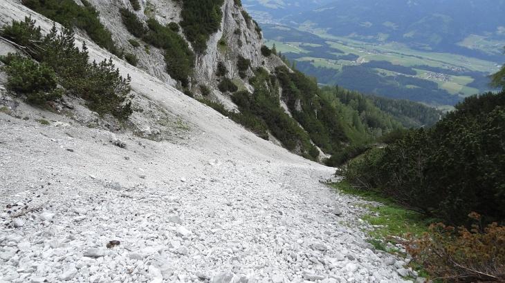 Zeitsparendes aber keineswegs schuhsohlenschonendes Hinablaufen über steile Schotterfelder