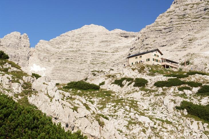 Viel los bei der Schmidt-Zabierow-Hütte. Links darüber mein Gipfelziel, das Mitterhorn (Hinterhorn).