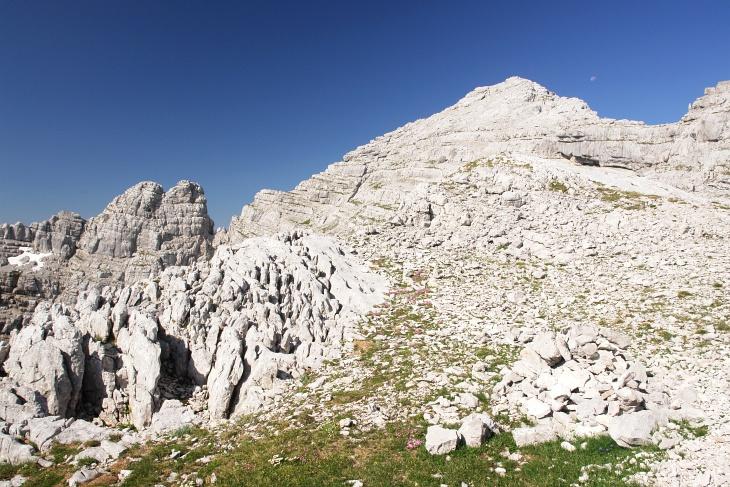 """Immer Gehgelände auf das Mitterhorn. Links über die Felsen hätte man aber auch die Möglichkeit, über den Klettersteig """"Nackter Hund"""" hinaufzukommen."""