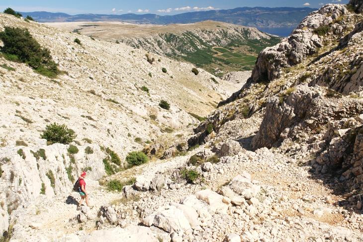 Steiniger Abstieg Richtung Osten an der Feuchtstelle Lokva Plakara vorbei