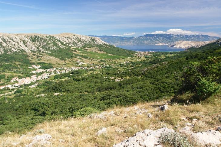 Es wird grüner. Von Draga Bascanska (links) folgen wir der Mountainbike-Route ...