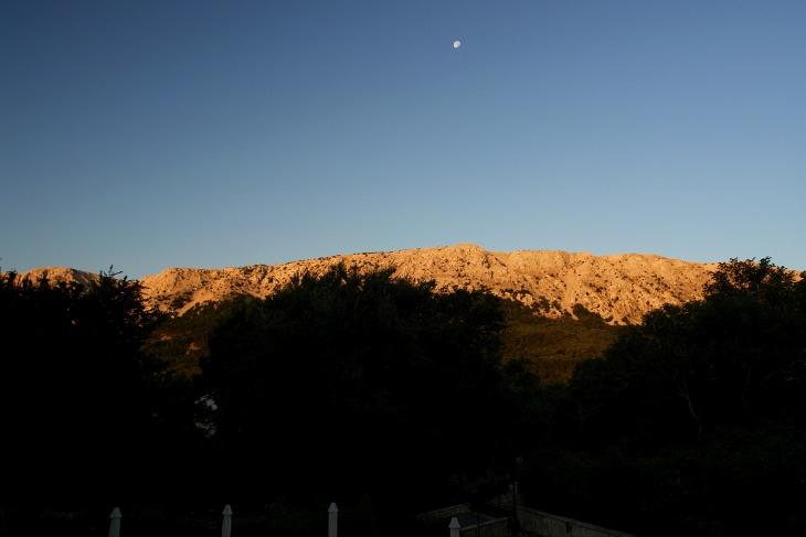 Wir brechen heute bereits früh auf, um die Kühle des Morgens für den Anstieg auf fast 500 Meter Seehöhe auszunutzen.
