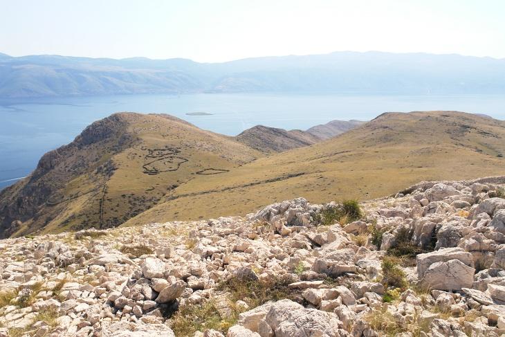 Die unmarkierte Route entlang des Garmin Krk Island Trails 2015 müsste durch die Bildmitte hinab verlaufen und sah gut machbar aus.