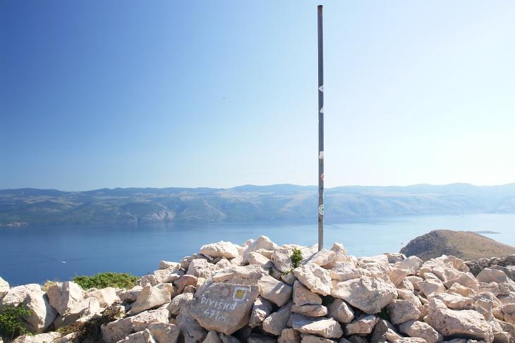 Bei der Gipfelstange Diviska mit Blick zum kroatischen Festland.