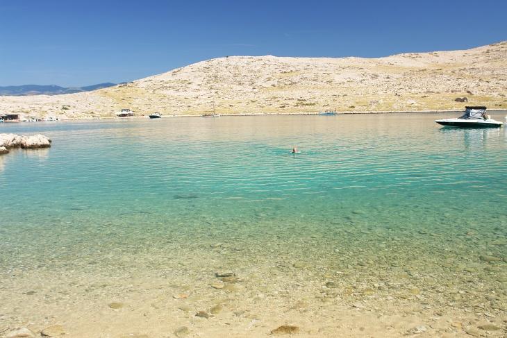 Hier fanden wir eine einsame kleine Bucht, in der Ingrid gerade das erfrischende Bad genießt. Nur gelegentlich wurde die Beschaulichkeit von einem Boot unterbrochen.