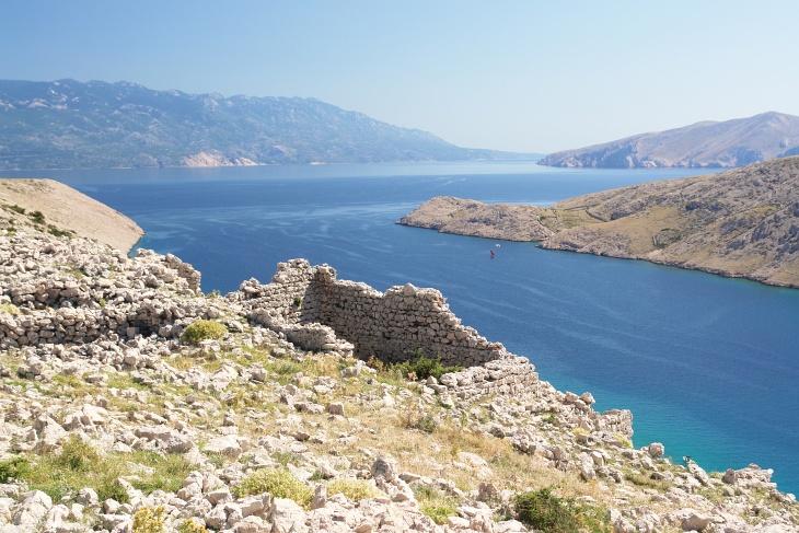 Auf der Berghöhe Corinthia sollen noch antike Spuren der Römer zu finden sein.