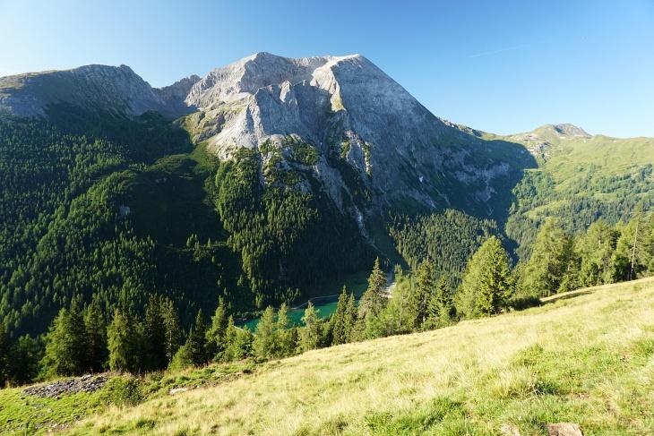 Tiefblick zum Schlierersee - darüber das Weißeck, der höchste Gipfel der Radstädter Tauern