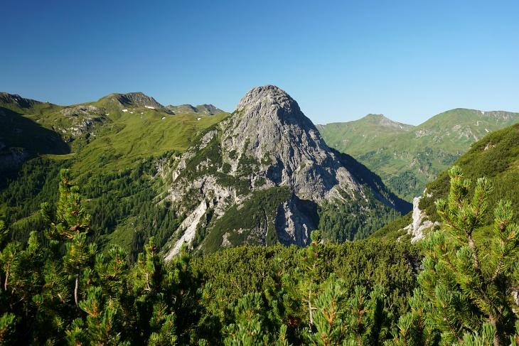 Noch wirkt die das Riedingtal überragende Riedingspitze markant. Weiter oben verkommt sie zum unscheinbaren Hügel.