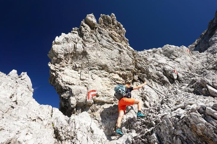 Die Tourenstöcke kommen erst beim Abstieg durch den Nord-Kamin in den Rucksack.