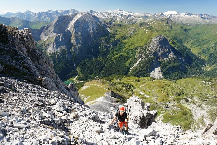 Vorsichtiges Gehen ist geboten, um keine Steine auf weiter unten gehende Wanderer hinab zu lassen.