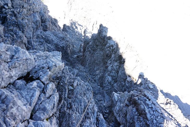 Steiler, aber gut seilversicherter Abstieg im nordseitigen Kamin (heute ohne Eis und Schnee).