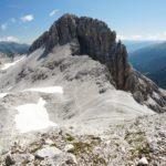 Die Nordseite des Mosermandl, durch die der Abstiegs-Kamin verläuft, vom Windschkopf aus gesehen.
