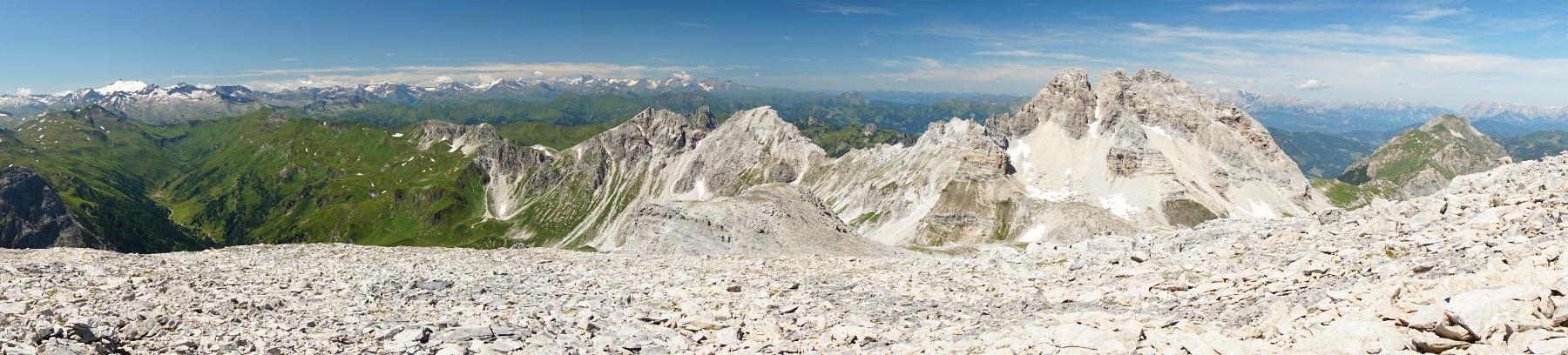 Herrliches Panorama vom hinteren Riedingtal über den Weißgrubenkopf bis zum Faulkogel und weiter zur Ennskraxn. Liks im Hintergrund das Glocknergebiet. (Klick zur Vergrößerung)