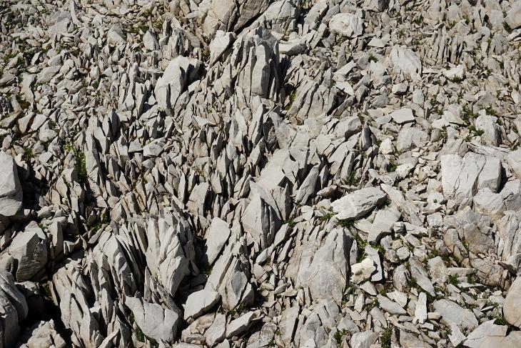 ... als über die scharfkantigen, brüchigen Steine.