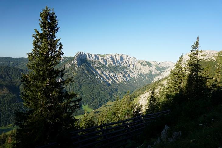Tiefblick ins Seetal, durch welches wir am Nachmittag herauskommen werden. Viele namhafte Gipfel fehlen mir nicht mehr im Hochschwabgebirge. Der Höhenzug dort im Süden um den Feistringstein schaut aber sehr lohnend aus.