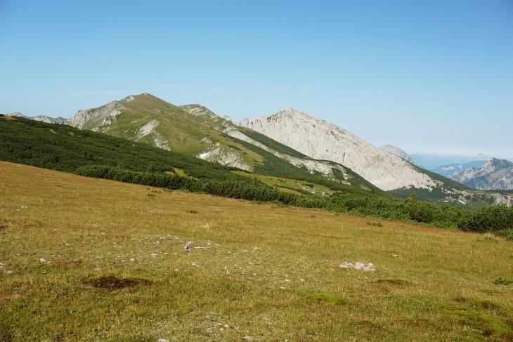 Am Weg zur felsigen Hochweichsel liegen einige Grashügel.