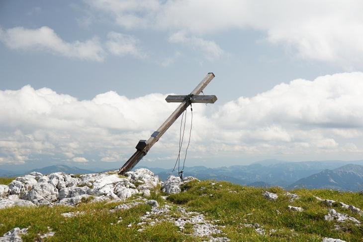 Die Wolken nehmen im Verlauf unserer Rast beim schiefen Gipfelkreuz auf der Hochweichsel rasch zu.