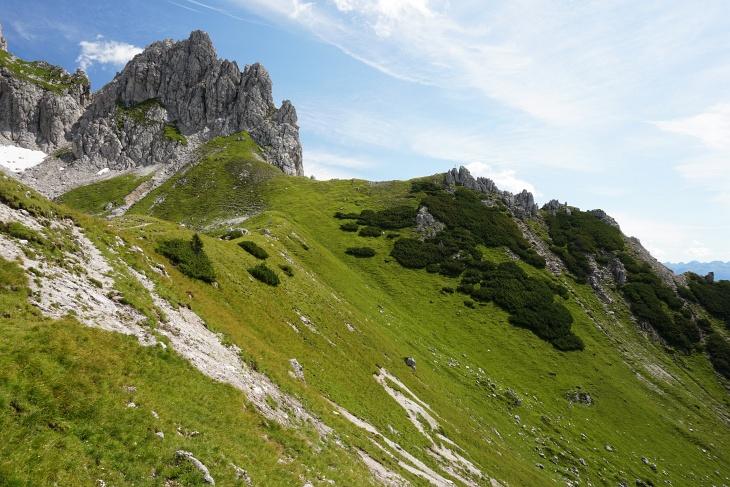 ... zum bereits von einer Skitour bekannten Kamplbrunn-Gipfelkreuz auf dem unscheinbaren Felsen auf der rechten Bildseite.