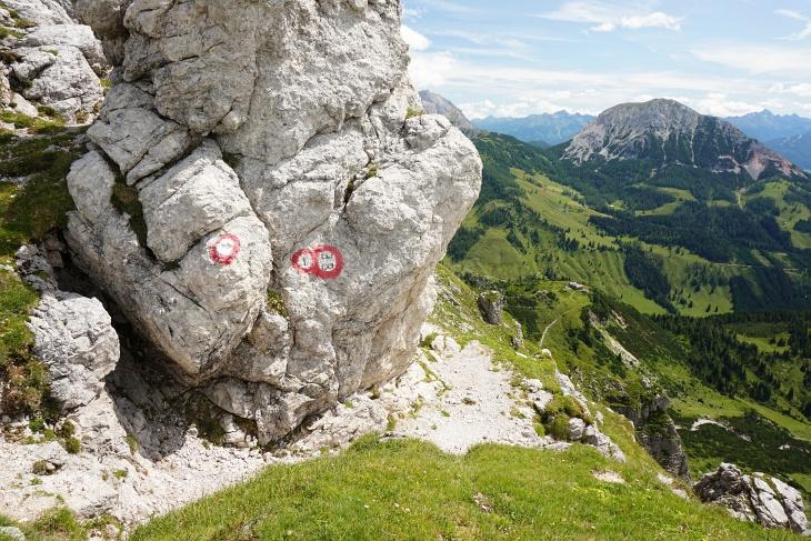 Im Vergleich zu den letzten Touren war es heute merkbar kühler. Zur Rast im Gipfelbereich habe ich bei diesem Felsen mit Ausblick zum Rötelstein Schutz vor dem Wind gesucht.
