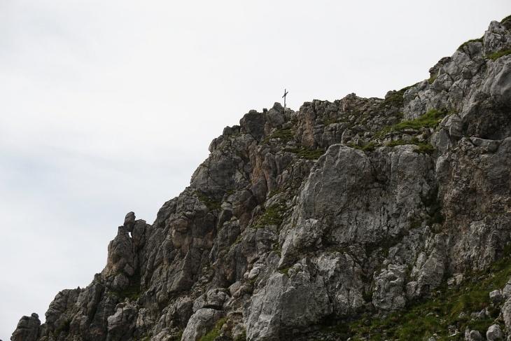 ... mit dem Gipfelkreuz steige ich jetzt auf der anderen Seite Richtung Osten hinunter.