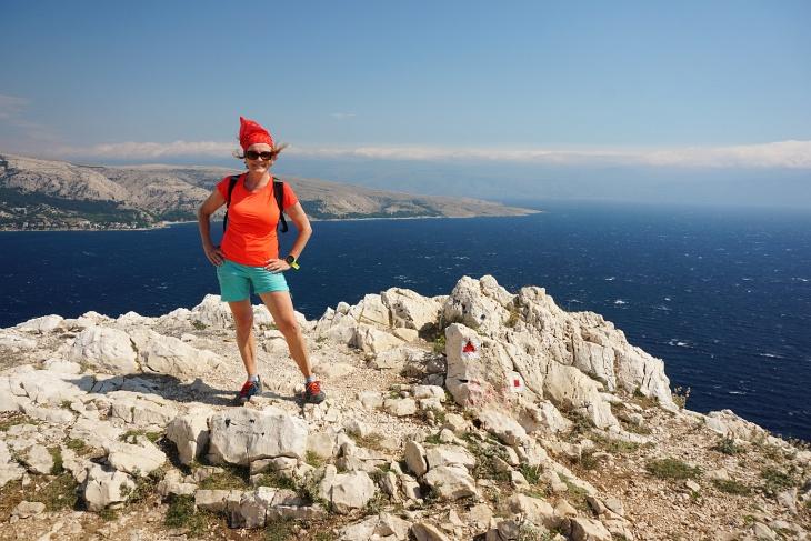 Nach dem Abstieg nach Prijevoj Vraca geht es neuerlich kurz hinauf auf die Erhebung Bag, wo uns starker Wind um die Ohren pfeift.