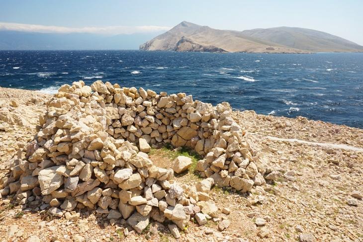 Prvic soll mittlerweile die größte unbewohnte Insel in der Adria sein. Bis vor kurzem wohnte die Besatzung des Leuchtturms auf der Insel.