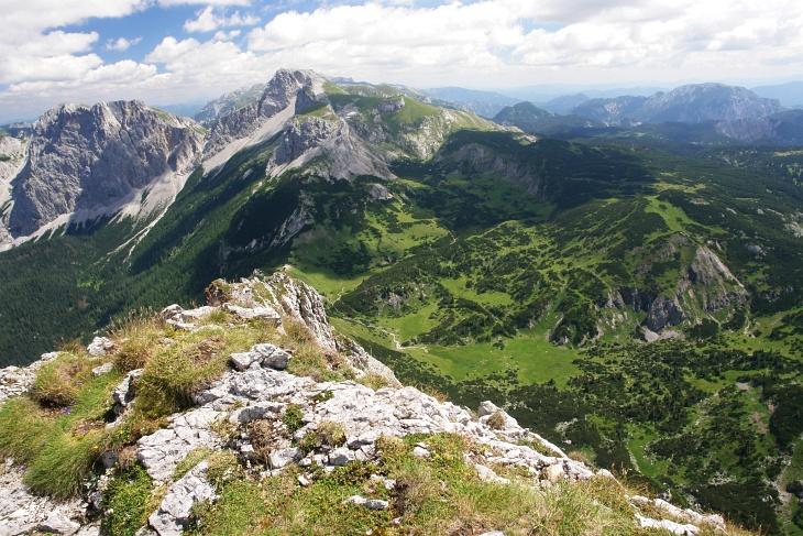 Ausblick vom Brandstein über Almgelände am Hochschwab-Plateau zu Grießstein und Ebenstein.