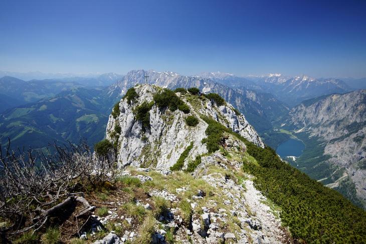 Am Weg zum Gipfelkreuz am Pfaffenstein. Rechts unten im Tal der Leopoldsteinersee, Ausgangspunkt 2-er weiterer Wanderungen im Hochschwabgebirge.