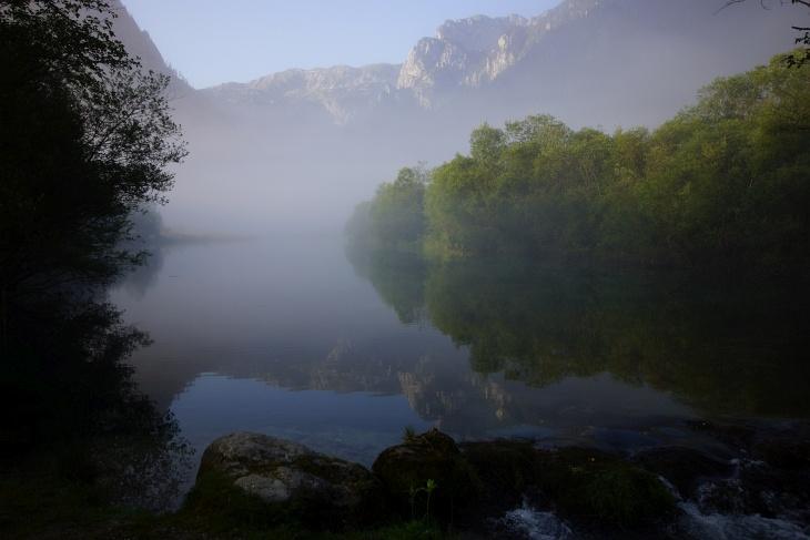 Der Brunnsee am frühen Morgen beim Start durch das Brunntal auf die Riegerin ...