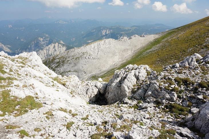"""Vom Gipfel kommen mir 2 Bergsteiger entgegen, die zuvor über die Wasserfallschlucht aufgestiegen sind. Heuer soll es dort noch """"bröseliger"""" sein, als in den letzten Jahren. Steinböcke haben sie keine gesehen, nur eine einzige Gams ..."""