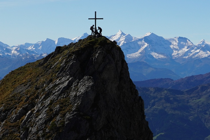 Aufstieg auf die Taghaube - im Hintergrund die Hohen Tauern um Großglockner und Wiesbachhorn