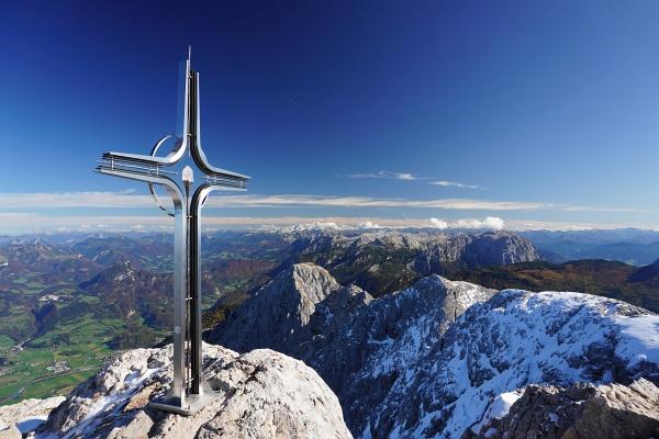 Ausblick vom 2.522 Meter hohen Hohen Göll über das Tennengebirge zum Dachsteingebirge.