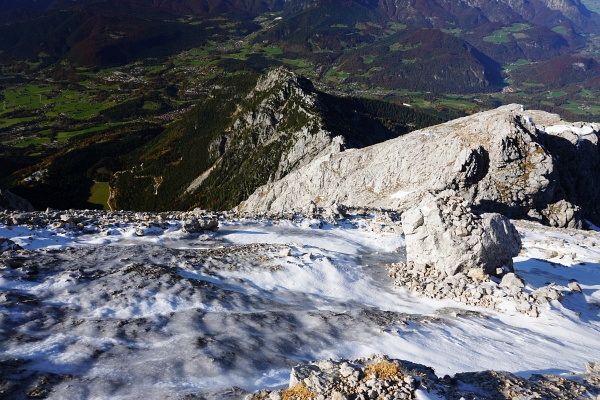 Schlüsselstelle: Eisplatten im Steilgelände erfordern höchste Konzentration (oder Steigeisen welche die 2 vor mir gehenden Bergsteiger im Gepäck hatten)
