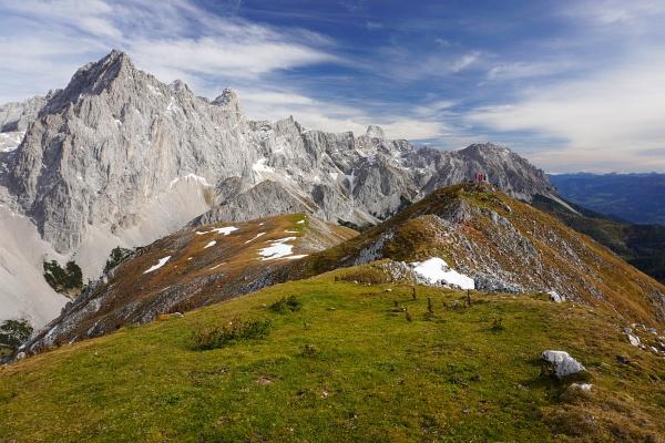 Am recht flachen Gipfelplateau des Rötelstein (Rettenstein) sind wir nicht ganz alleine. Im Vergleich zu den Fast-Dreitausendern des Dachstein-Dreigestirns wirkt der Rötelstein recht klein und zahm.