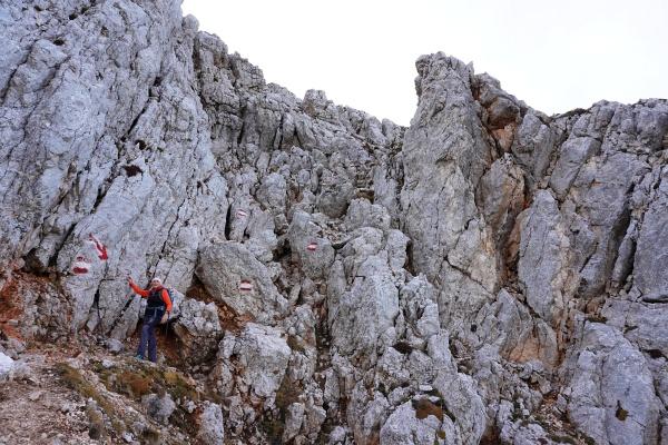 Aufstieg über den Westgrat - Abstieg über die Nordseite (im Bild). Bei beiden Routen gibt es kurze einfache Kletterpassagen.