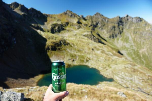 Das obligatorische Bier mit Blick über den Buckelkarsee zur Grobfeldspitze