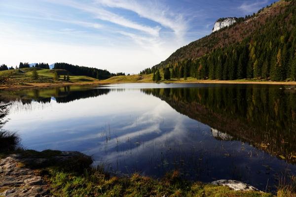 Nachmittags am Seewaldsee - mit Blick zur Gitschenwand, an der wir am Vormittag rechts vorbei gewandert sind.