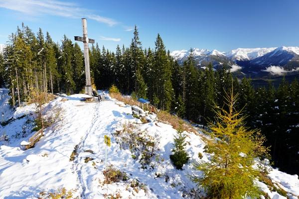 Beim Gipfelkreuz am Rittisberg mit Ausblick in die Schladminger Tauern.