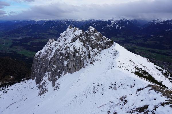 Vorbei am Winterstein. Oberhalb von 1.800 Meter Seehöhe wird der Wind kräftiger. Die Kälte verlangt nach Handschuhen.