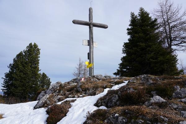 Wenig Schnee am Gipfel des Hochmühleck