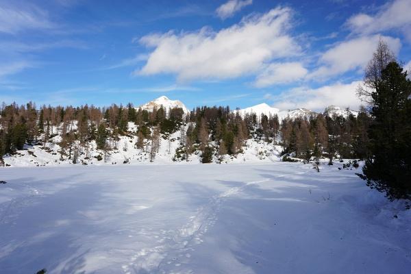 Spätestens ab dem Hochtor bin ich dann aber froh über die Schneeschuhe. Bis zur Liezener Hütte führt noch ein gut ausgetretener Pfad.
